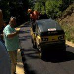 Asfaltira se kilometar puteva u selu Luka