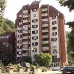 Javno stambeno preduzeće počelo čišćenje oluka i krovova u Majdanpeku